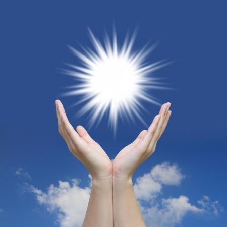 mano de dios: Dom mano hermosa y el cielo azul con el concepto de la energía solar