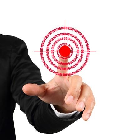 mision: Mano de empresario empujando s�mbolo meta rojo aislado sobre fondo blanco