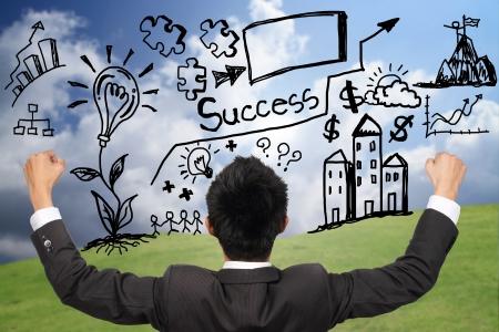 vendiendo: Hombre de negocios feliz con el diagrama de �xito