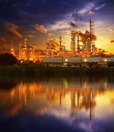 Weerspiegeling van de raffinaderij de petrochemische industrie op dayspring achtergrond