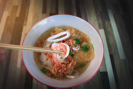 New cooked shrimp show from Seafood Tom Yum Noodle of street Thai food Imagens