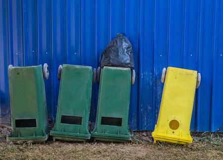 cabeza abajo: Amarillo y verde cubos de basura al revés.