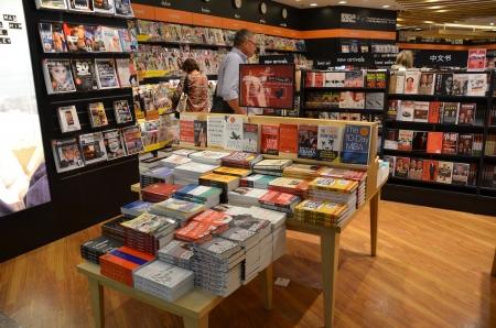 Tienda de libros en el aeropuerto de Changi, Singapur Foto de archivo - 20426198