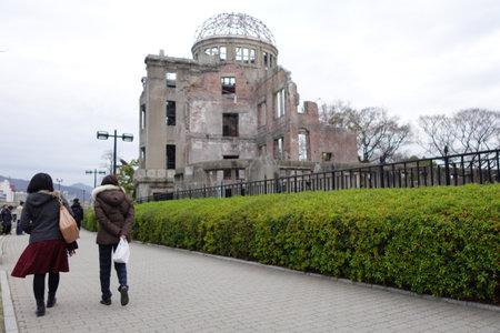 bombe atomique: HIROSHIMA, Japon - 10 d�cembre: Les touristes visitent la bombe atomique � Hiroshima D�me, le Japon le 10 D�cembre, 2014. Atomic Bomb Dome a �t� d�sign� site du patrimoine mondial de l'UNESCO en 1996.