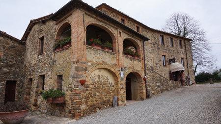 top 7: MONTALCINO, ITALIA EL 23 de diciembre: Castillo Banfi en el invierno en Montalcino, Italia, el 23 de diciembre de 2014. Castillo Banfi est� situado en la cima de una colina con vistas a la expansiva 7.000 acres Banfi ra�ces.