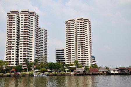 introduced: BANGKOK-26 de marzo: condominiom lujo se construye a lo largo del r�o Chao Phraya, en Bangkok el 26 de marzo de 2015. Cada vez son m�s los promotores inmobiliarios hab�an presentado proyectos de condominios a lo largo del r�o Chao Phraya Editorial