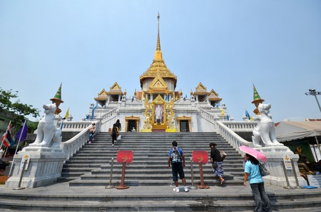 wat traimit: THAILNAD, BANGKOK - MAR 29: People visit Wat Traimit in Bangkok Chinatown on March 29, 2015 in Bangkok, Thailand. The Buddhist temple is one of the most sacred sites in the Thai capital.