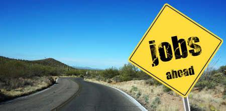puesto de trabajo: Empleo firman delante en un cielo de fondo y postre por carretera