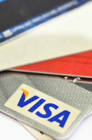 tarjeta visa: SINGAPUR - 02 MAY 2016: Cierre de tarjetas de crédito, tarjeta VISA. producto tirado