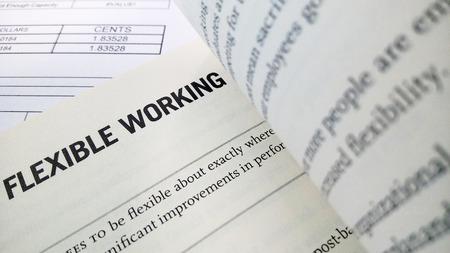 Flexible Arbeits Wort auf dem Buch mit Bilanz als Hintergrund Standard-Bild