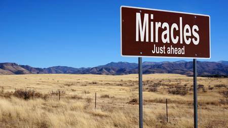 奇跡控えて茶色道路標識青空と荒野