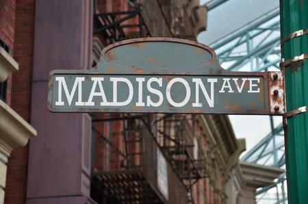placa de la calle en la esquina de la ciudad de Madison Avenue Nueva York Foto de archivo