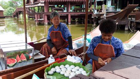 saduak: BANGKOK, THAILAND - JUNE 20, 2016: Local and tourists enjoying the famous floating market in the suburbs of Bangkok, Thailand