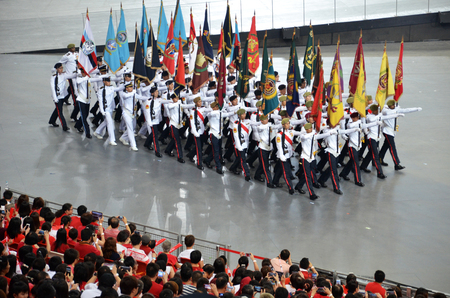 SINGAPUR - 30 de julio 2016: Comandante del desfile que lleva los colores del partido durante el desfile del día nacional (NDP) Ensayo 2016 en Singapur Editorial