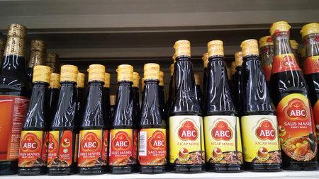 JOHOR, MALAISIE - 30 JUILLET 2016: sauce soja ABC vendue dans un supermarché à Johor, en Malaisie.