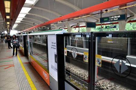 merah: SINGAPORE - OCT 20, 2016: The Mass Rapid Transit (MRT) station in Singapore. The MRT has 102 stations & is the second-oldest metro system in Southeast Asia