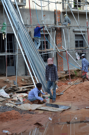 third world economy: SIEM REAP, CAMBODIA - OCT 21, 2016: Unidentified workers work on a building site in Siem Reap in Cambodia Editorial