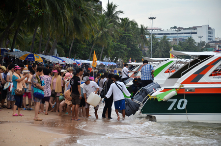 deportes nauticos: PATTAYA, THAILAND - 22 NOV, 2016: Speed boat parking on Pattaya bay waiting tourist for Koh Larn Island, Pattaya city famous tourist attraction of Thailand.