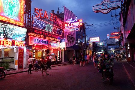 gogo girl: PATTAYA, THAILAND - 22. November 2016: Signage in Fußgängerzone, Beach Road, Süd-Pattaya, Provinz Chonburi, Thailand.