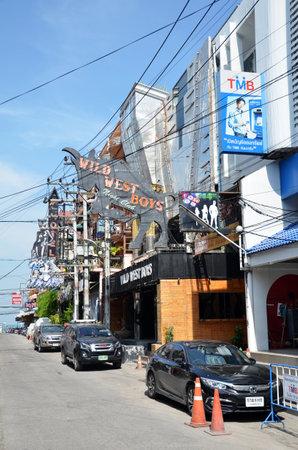 gogo girl: PATTAYA, THAILAND - 19. November 2016: Viiew der Straße in Pattaya.Thailand