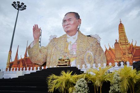 king of thailand: PATTAYA, THAILAND - 19 NOV, 2016: Memorial to the recently deceased King Bhumibol Adulyadej at Beach Road in Pattaya, Thailand Editorial