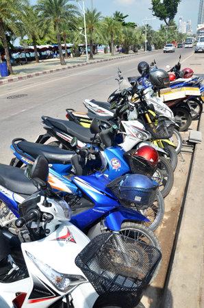 motor de carro: PATTAYA, Tailandia - el 22-NOV-, 2016: Fila de motos aparcados a lo largo de la playa de Jomtien en Pattaya, Tailandia
