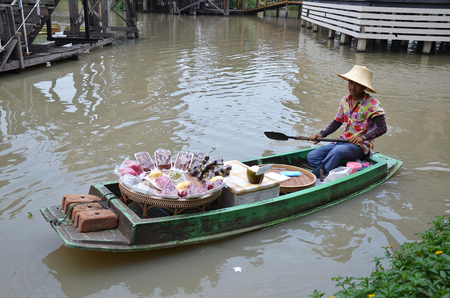 do: PATTAYA, THAILAND - 22 NOV, 2016: Travel and shopping in Pattaya Floating Market four regions where have traditional commercial boats and villagers do about traditional foods and souvenirs