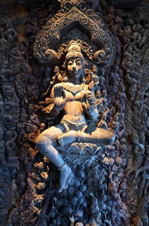 PATTAYA, Thailandia - 20 NOV, 2016: Santuario della verità si trova a Pattaya. Santuario della verità è un edificio interamente in legno pieno di sculture a base di tradizionale buddista e indù motivi. Editoriali