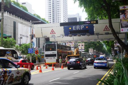 SINGAPORE-05 FEBBRAIO 2017: Le automobili passa attraverso il sistema di ERP sulla via a Orchard del centro a Singapore