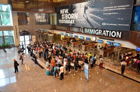 SINGAPORE- JUN 18, 2017: View of immigration control at Changi International Airport in Singapore 에디토리얼