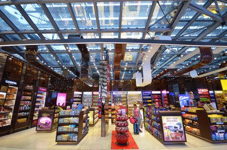 バンコク、タイ-2017 年 5 月 16 日: 身元不明者ショップ国際空港スワンナプームはアジアで 6 番目に忙しい空港の免税店で食事。
