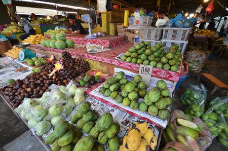 コタキナバル, マレーシア-2017 年 6 月 24 日: フルーツ屋台コタキナバル サバ州、マレーシア。新鮮な果物や農産物は、この伝統的なウェット市場で
