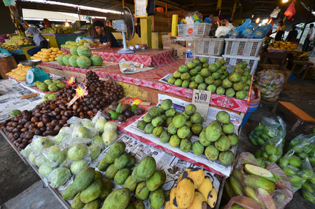 코타 키나발루, 말레이시아 -2 월 2017 : 과일 코타 키나발루 사바, 말레이시아에서 포장 마차. 신선한 과일과 농산물은이 전통적인 습식 시장에서 쉽게