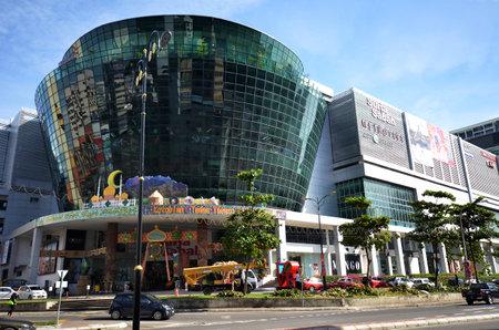 コタキナバル, マレーシア-2017 年 6 月 24 日: スリア ・ サバ店舗店、ファーストフード店、7 階建ての駐車場、映画の何百ものコタキナバル市内のシ 報道画像
