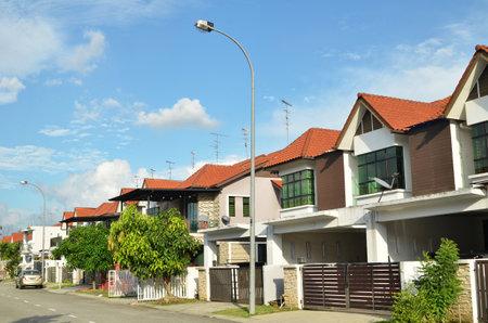 JOHOR BAHRU, MALEISIË - JUL-14, 2017: Rij van twee onlangs gebouwd terrashuis onder de blauwe hemel in Johor Bahru, Maleisië.