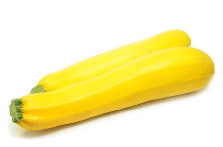 Gele pompoen die op witte achtergrond wordt geïsoleerd