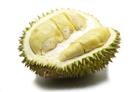 Durian-fruit op witte achtergrond wordt geïsoleerd die. Durian is distinctief voor zijn grote grootte sterke geur en formidabele doorn bedekte korst.