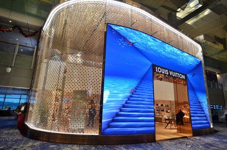 シンガポール-JAN 08,2018:シンガポールのチャンギ空港のルイ・ヴィトンLVアウトレット。ルイ・ヴィトン社は、世界中に460以上の店舗を展開していま 報道画像