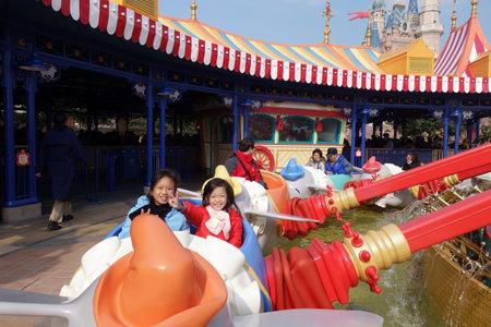 SHANGHAI, CHINA-JAN 08, 2018: Toeristen genieten van activiteiten in Shanghai Disneyland, China. Het is het eerste Disney-parkresort op het vasteland van China