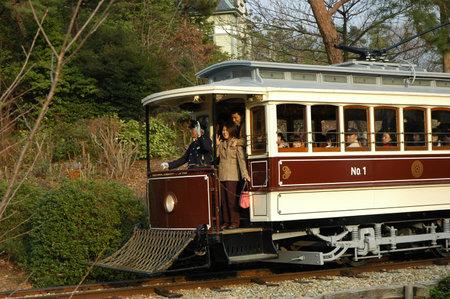 INUYAMA, GIAPPONE-23 APRILE 2018: Tram auto presso il Museo MEIJI-MURA in Giappone. Il museo architettonico all'aperto di Meiji-mura conserva edifici storici tra il 1867 e il 1989