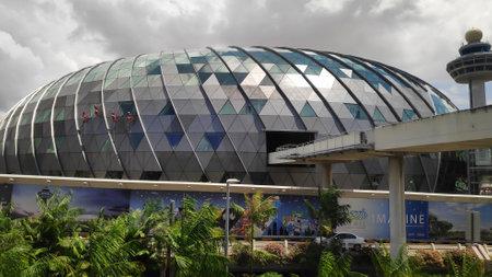 Singapur - 14 de febrero de 2019: Vista del aeropuerto Jewel Changi en Singapur. Este es un desarrollo de uso mixto en el aeropuerto de Changi en Singapur Editorial