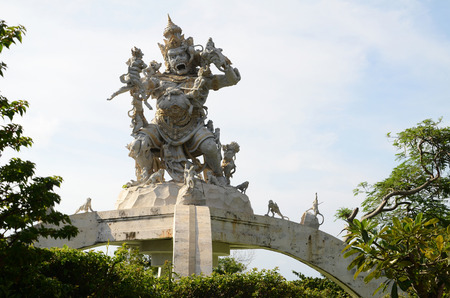 Statue of God fighting with monkeys in Pura Luhur Uluwatu, Bali. Banco de Imagens
