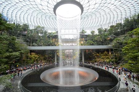 SINGAPORE, 11 apr, 2019: The Rain Vortex, een 40 meter hoge binnenwaterval gelegen binnen de Jewal Changi Airport in Singapore. Jewel Changi Airport gaat op 17 april 2019 open.