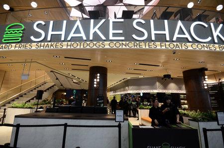 SINGAPORE, 11 aprile 2019: La famosa catena di hamburger di New York Shake Shack ha aperto il suo primo punto vendita a Singapore al Jewel Changi Airport Editoriali