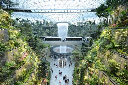 SINGAPUR, 11 de abril de 2019: The Rain Vortex, una cascada interior de 40 m de altura ubicada dentro del aeropuerto Jewal Changi en Singapur. El aeropuerto Jewel Changi está programado para abrir el 17 de abril de 2019. Editorial