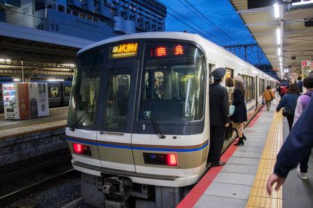 Kyoto, Giappone - 25 novembre 2019: Il treno diretto a Nara si ferma alla stazione ferroviaria di Kyoto, Giappone. I treni sono un modo molto conveniente per i visitatori di viaggiare in Giappone. Editoriali