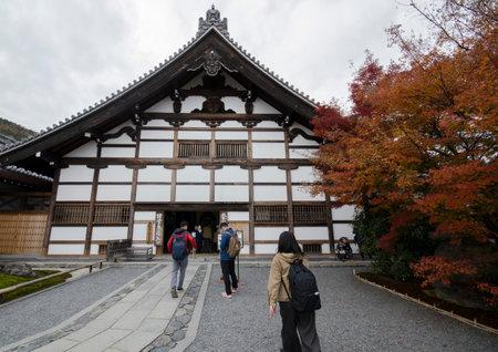 Kyoto, Japan-26 Nov, 2019: Tourists enjoy autumn at Tenryuji gardens in Arashiyama, Kyoto, Japan. Kyoto has 17 UNESCO World Heritage Site landmarks. 新聞圖片