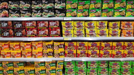 Johor Bahru, Malaisie- 20 février 2020- Diverses marques de nouilles instantanées dans des emballages à vendre sur le stand de supermarché au Paradigm Mall Johor Bahru. Éditoriale