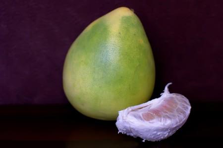 rutaceae: Existen es una fruta tropical enorme. Su piel es muy espeso verde y �spera. En la tradici�n de Taiw�n, existen se utiliza para celebrar el Festival de la Luna.  Foto de archivo
