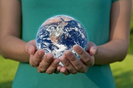 Una mano que sostiene un globo terr�queo, salvar el medio ambiente de reciclaje